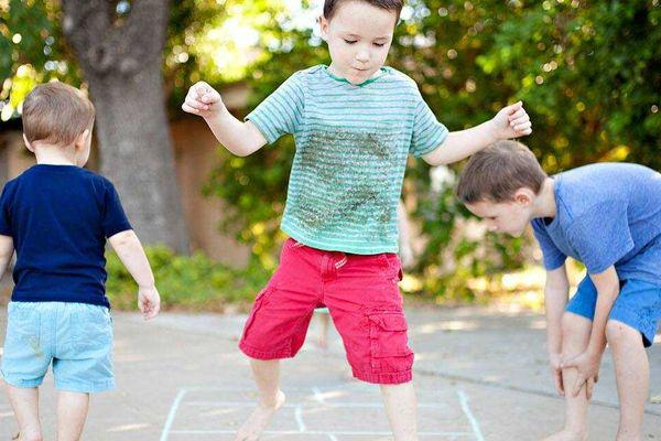 10-brincadeiras-para-criancas-ao-ar-livre