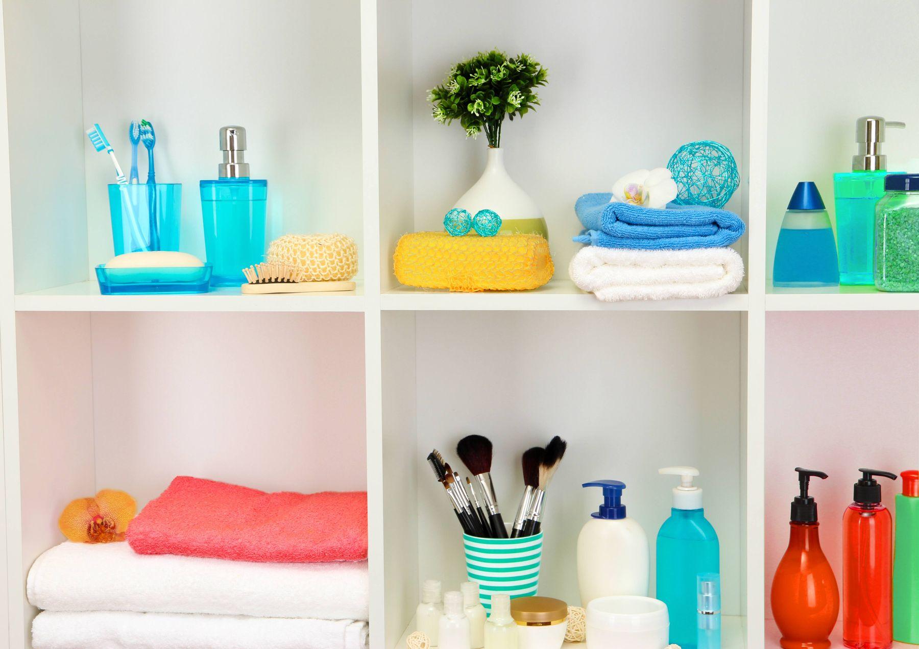 Armário do banheiro limpo e organizado com toalhas e frascos
