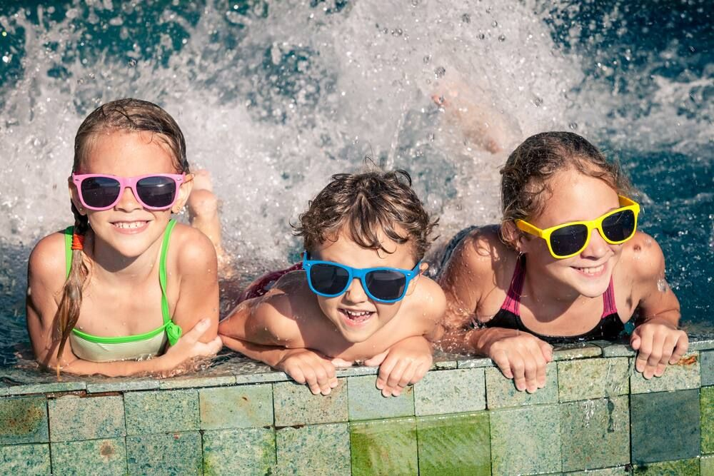Kinder im Swimmingpool