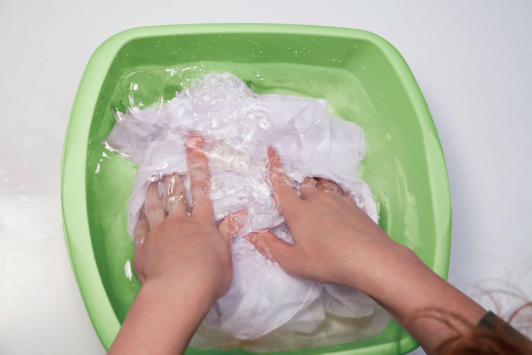 Cara Mencuci Baju Dengan Tangan Yang Benar Cleanipedia Cara mencuci pakaian yang benar
