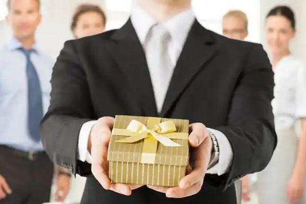 10 Món quà tặng sếp nam giúp bạn gây ấn tượng được thăng chức