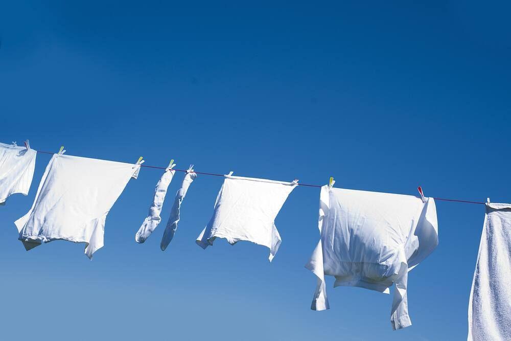 Phơi nắng áo trắng để tẩy mốc