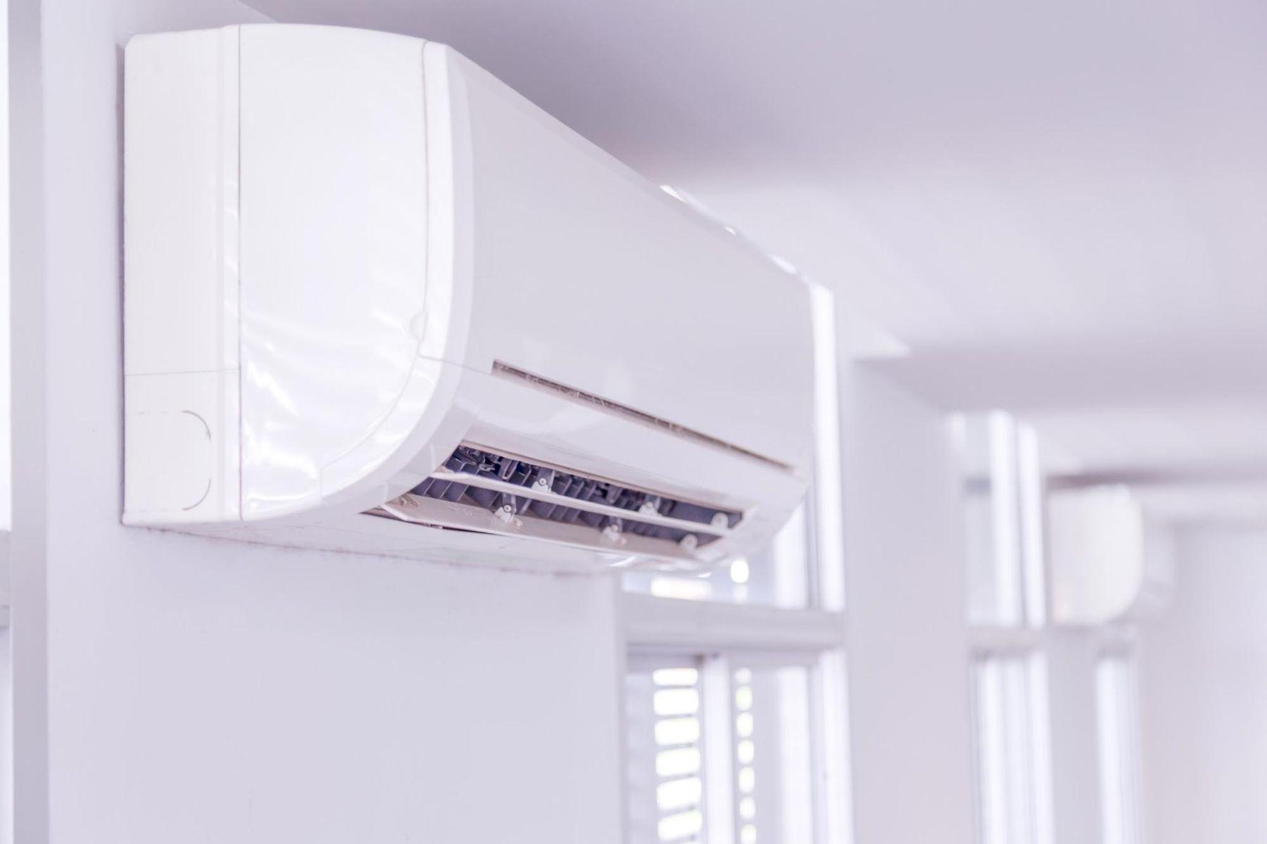 Ar condicionado split na parede em funcionamento