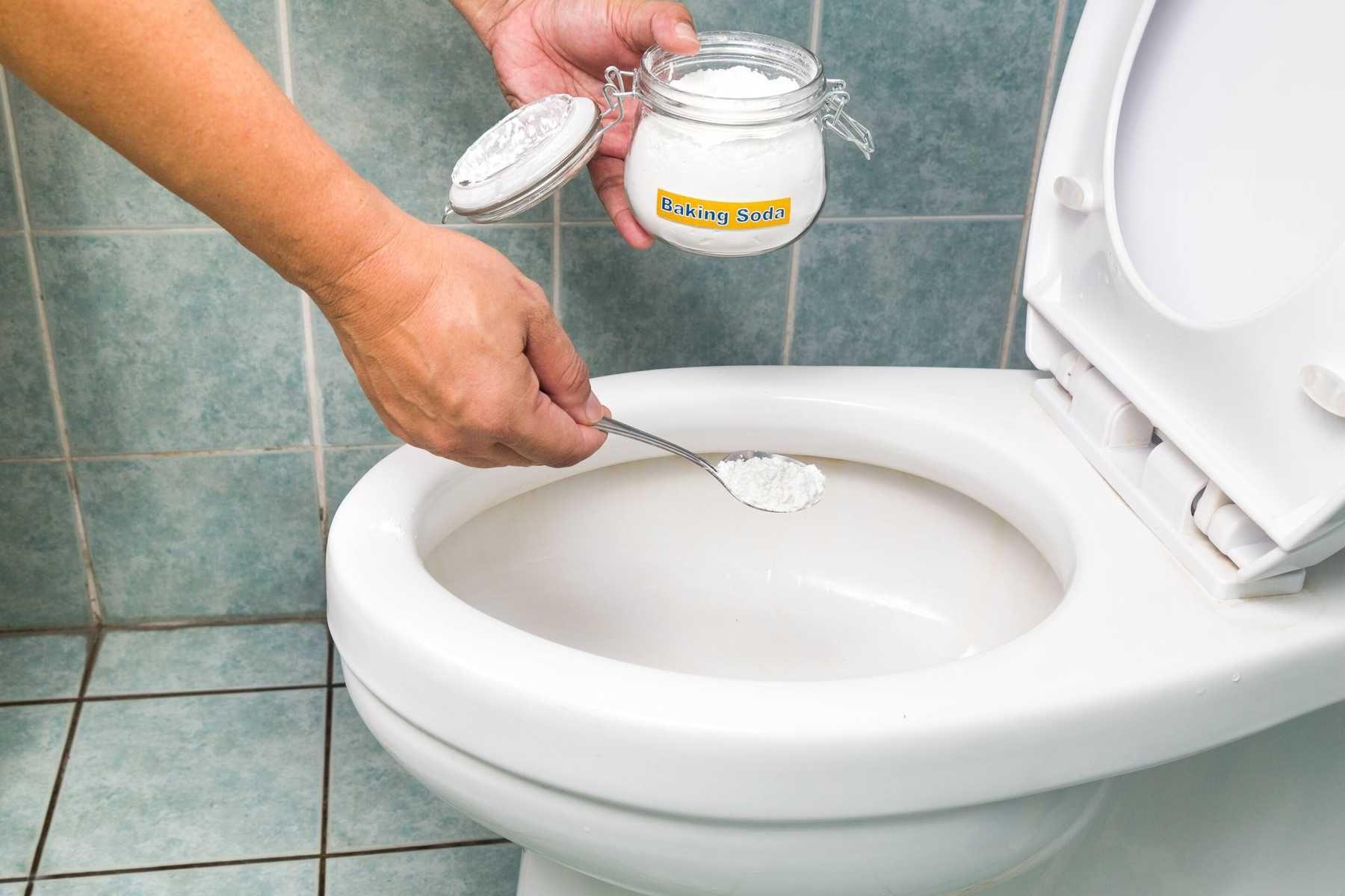 Cách thông tắc vệ sinh bồn cầu bằng baking soda (muối nở) kết hợp giấm ăn
