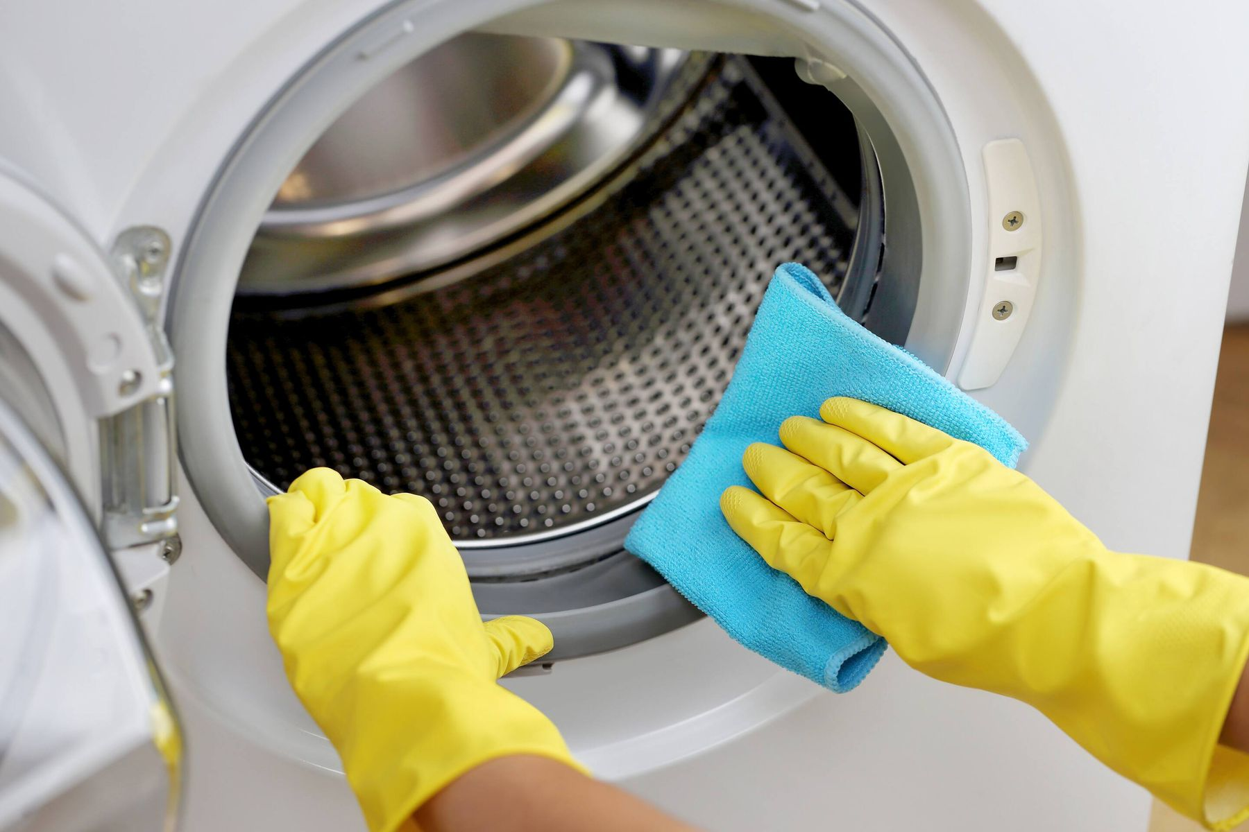 Hand cleaning rubber in washing machine drum