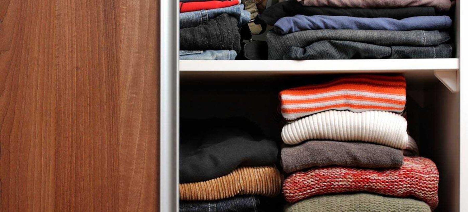 Sắp xếp quần áo trong tủ theo trình tự bạn sẽ mặc