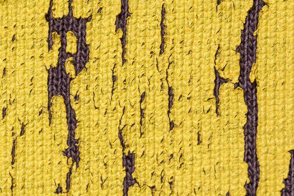 Print kuning di atas kain cokelat