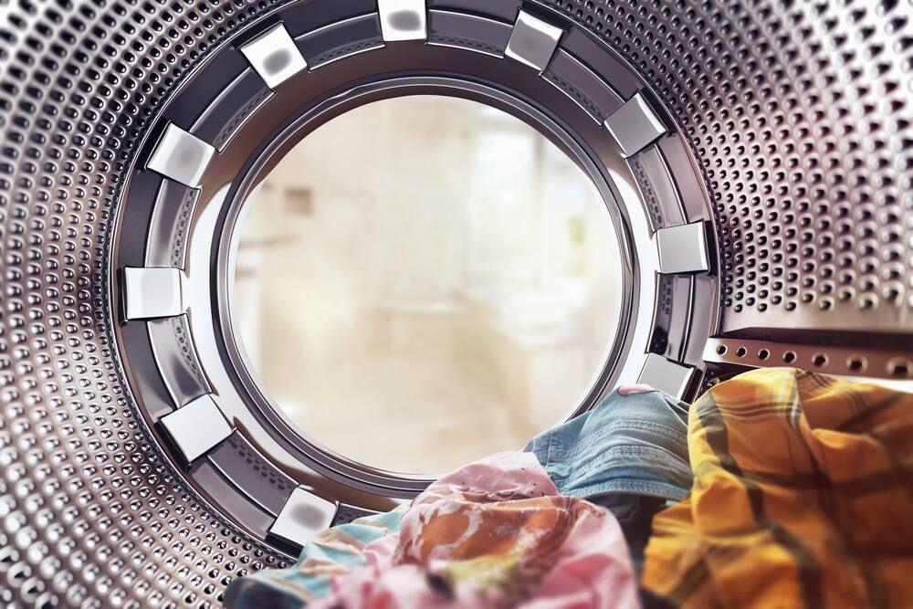 dùng bọt biển chà rửa vệ sinh lồng giặt sạch sẽ và khử mùi hôi lồng giặt