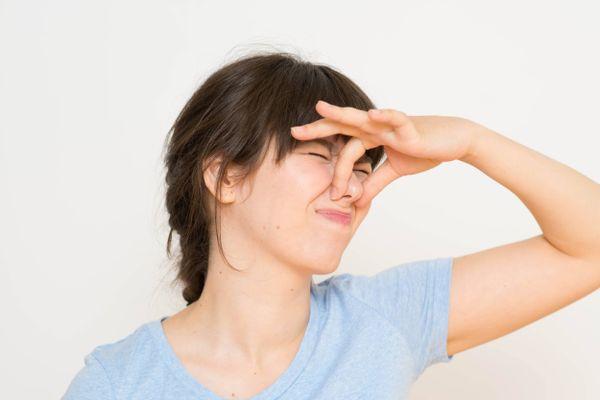 4 cách khử mùi hôi nách trên áo bạn cần thử ngay