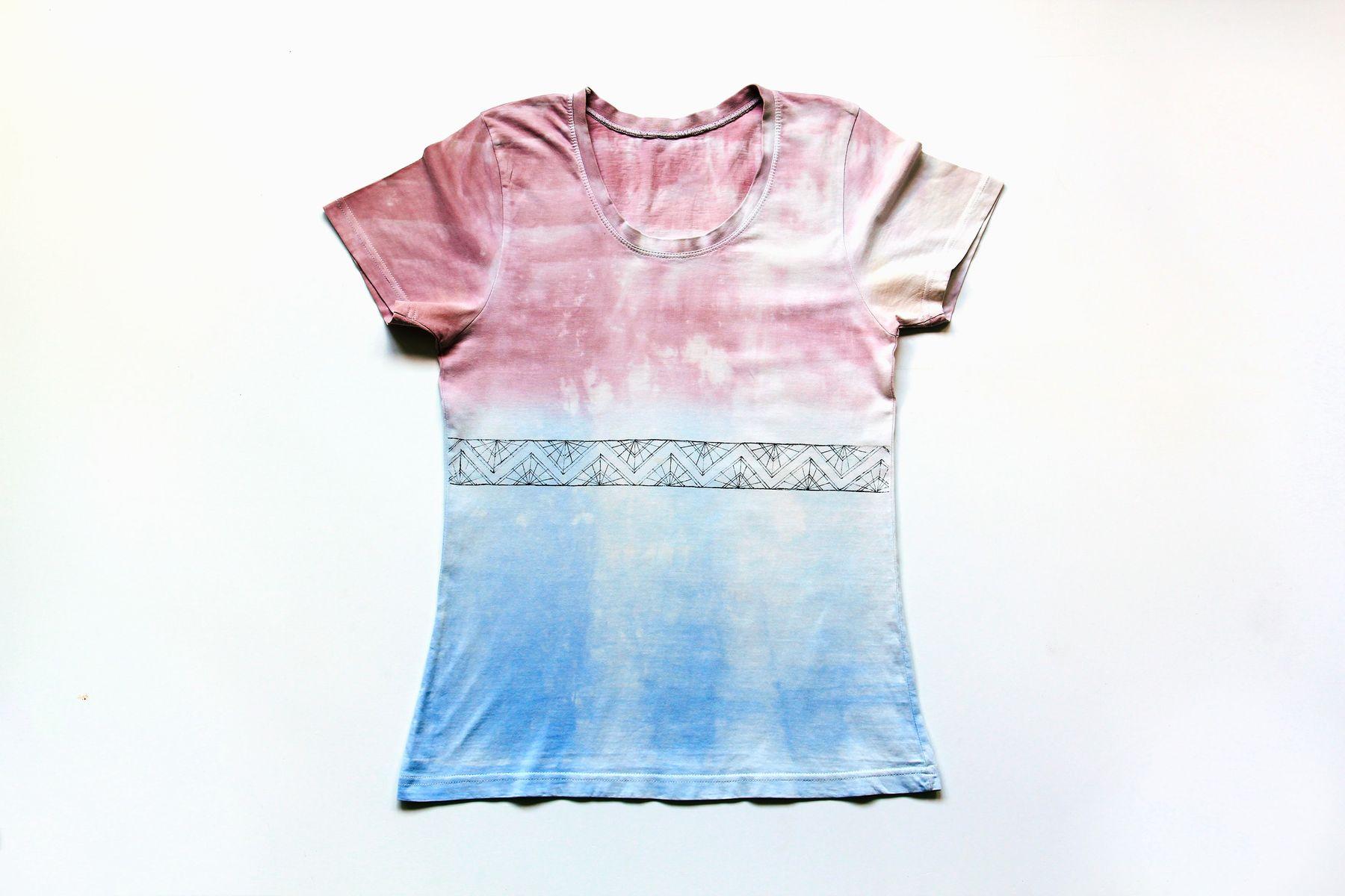 Çamaşır suyu lekesi olmuş giysilerinizi daha fazla çamaşır suyu kullanarak renklendirebilir ve yaratıcılığınızı gösterebilirsiniz.