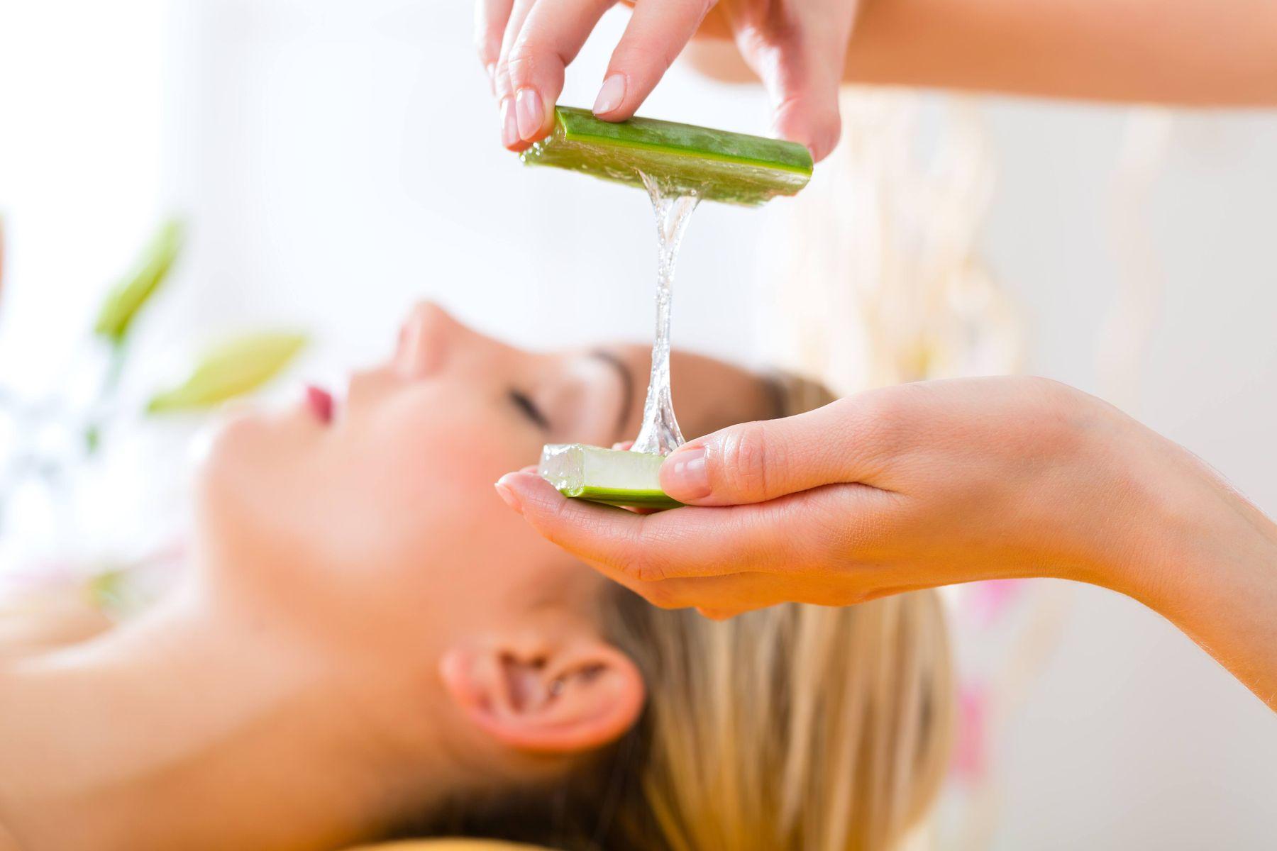 Yaşlanma karşıtı etki, akne tedavisi, ciltteki yaraların tedavisi Aloe veranın faydaları arasında yer alıyor.