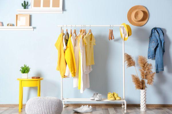 Rak gantungan baju dalam ruangan pastel