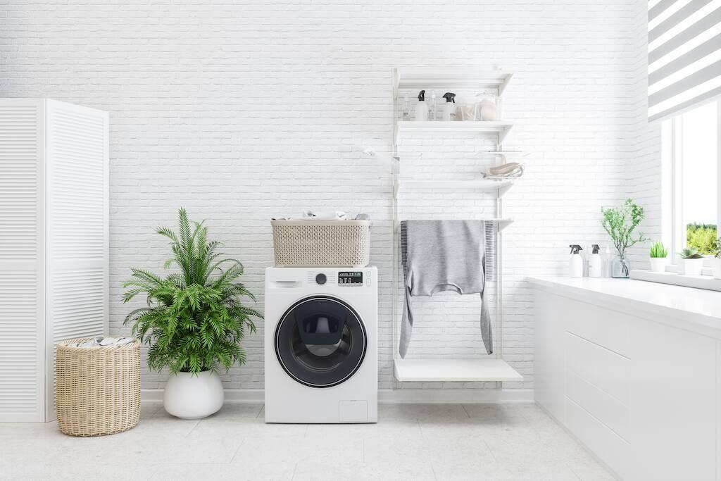 En självdoserande tvättmaskin i en prydlig tvättstuga