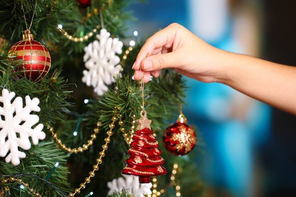 Decorating a Christmas tree with a fir tree allergy