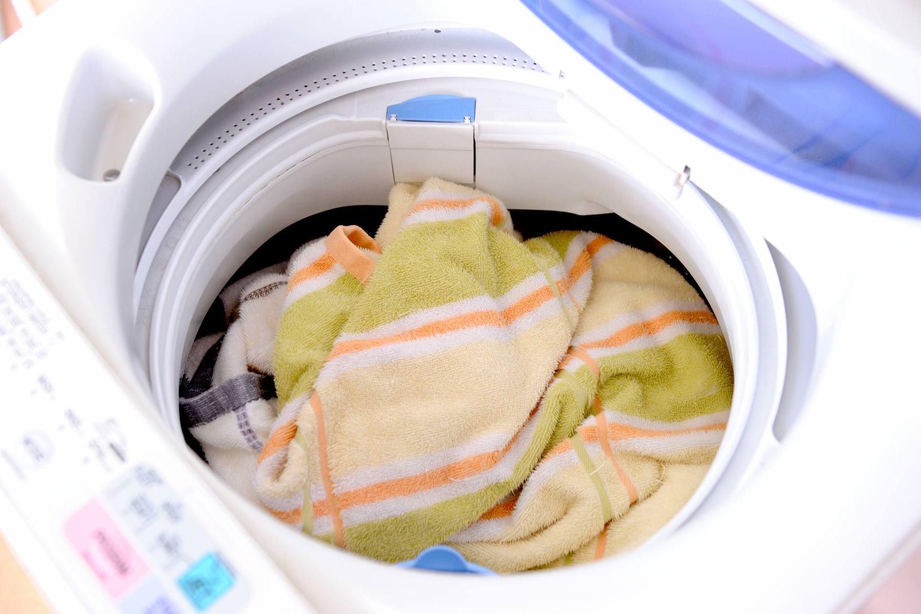 Baju kotor dalam mesin cuci satu tabung