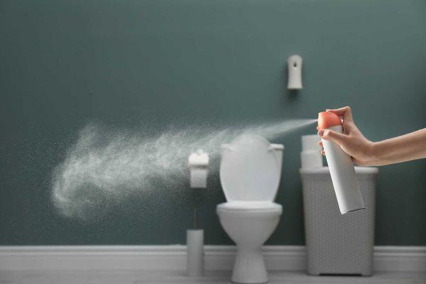 Cách khử mùi nhà vệ sinh bằng chai xịt thơm phòng