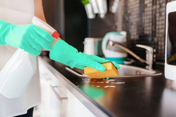 osoba sprzątająca blat kuchenny