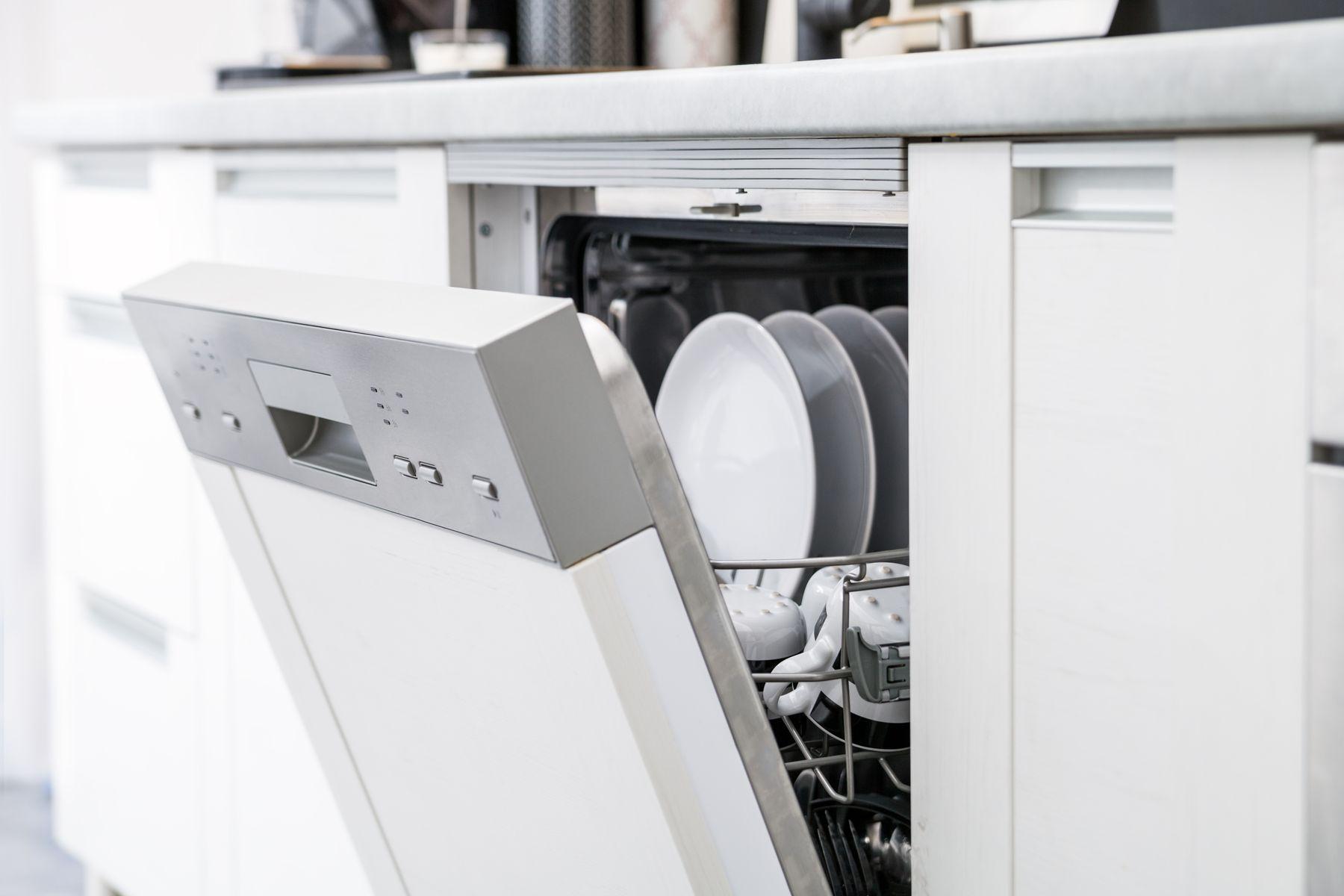 Máy rửa bát không sạch: Nguyên nhân và 3 cách xử lý hết mùi hôi