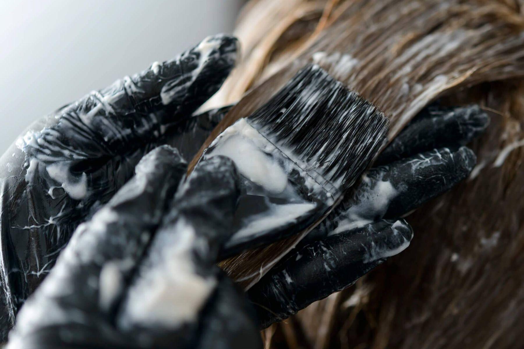 Pessoa tingindo o cabelo