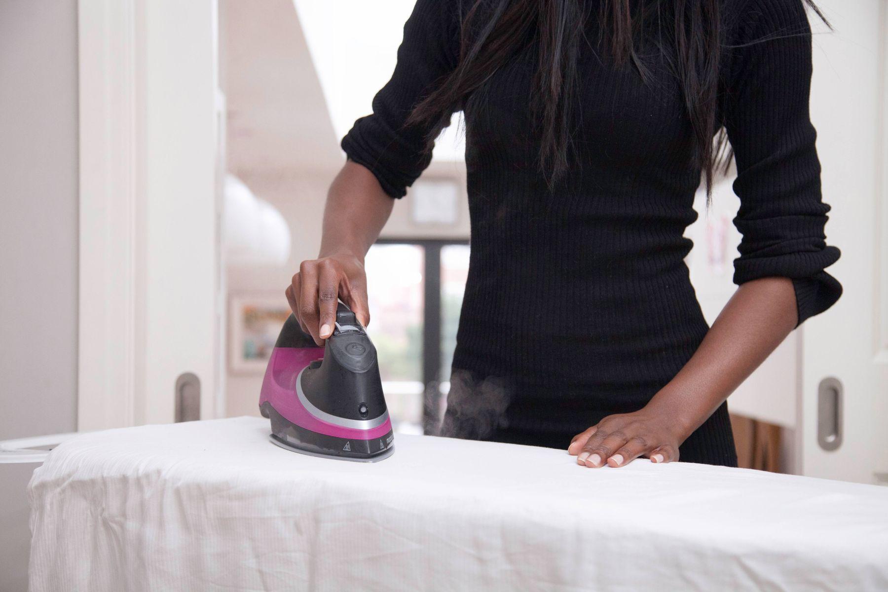 cara menyetrika baju kerja