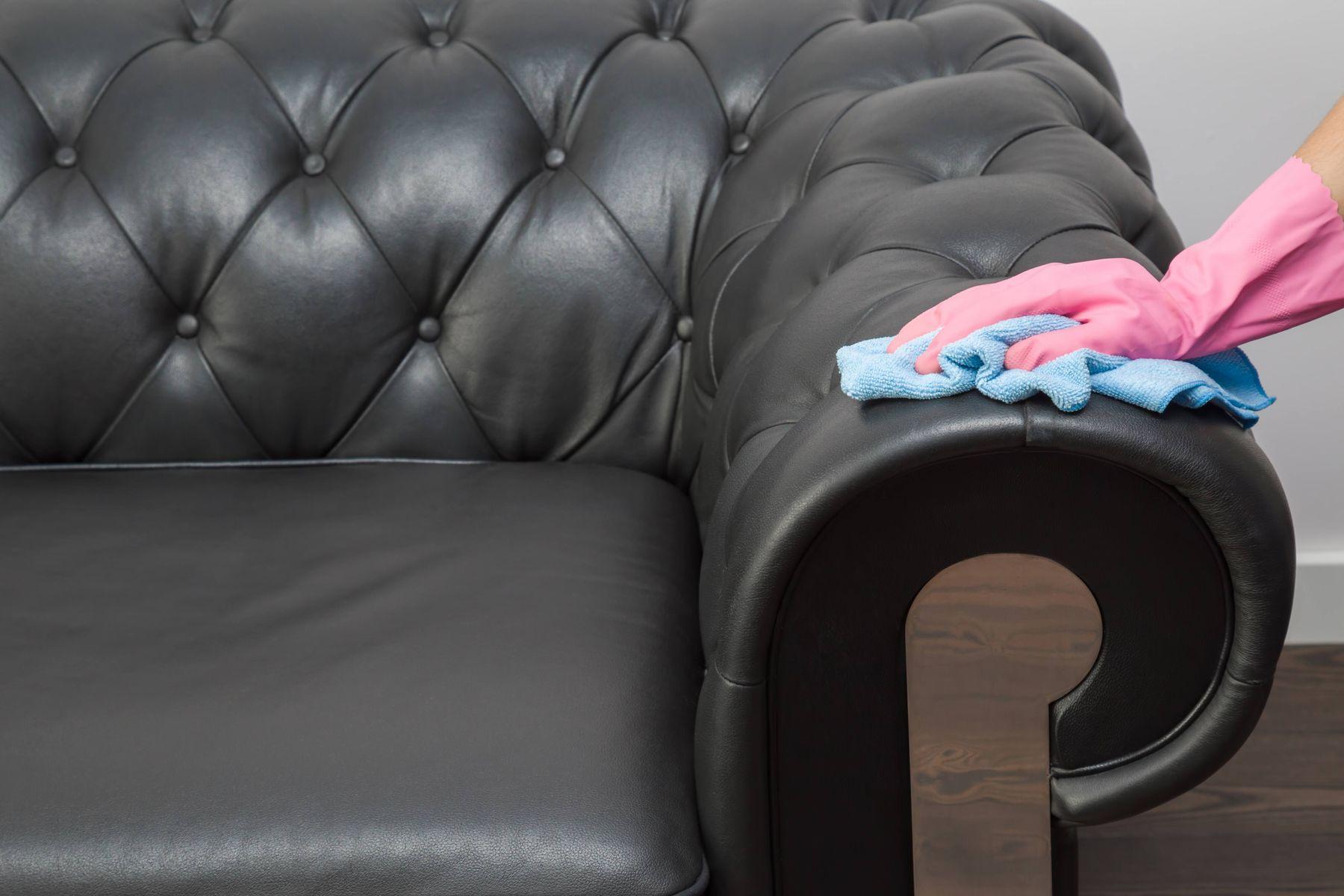 Để giặt ghế sofa da, bạn cần sử dụng các dung dịch làm sạch chuyên dụng để không gây hư hỏng