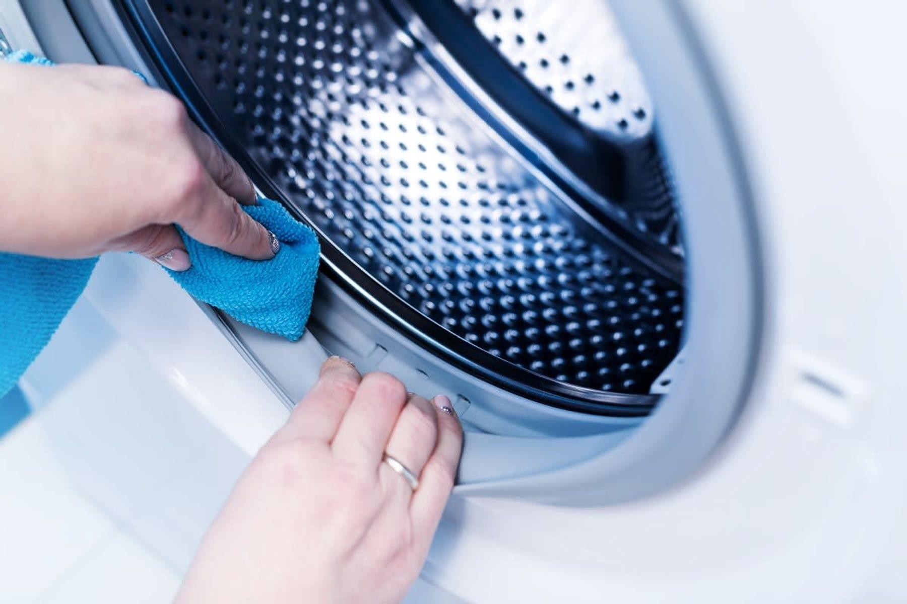 Çamaşır Makinesi Temizleyen Kadın