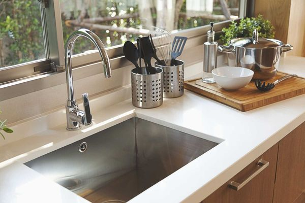 Cách rửa chén bát bằng cách vệ sinh bồn rửa chén