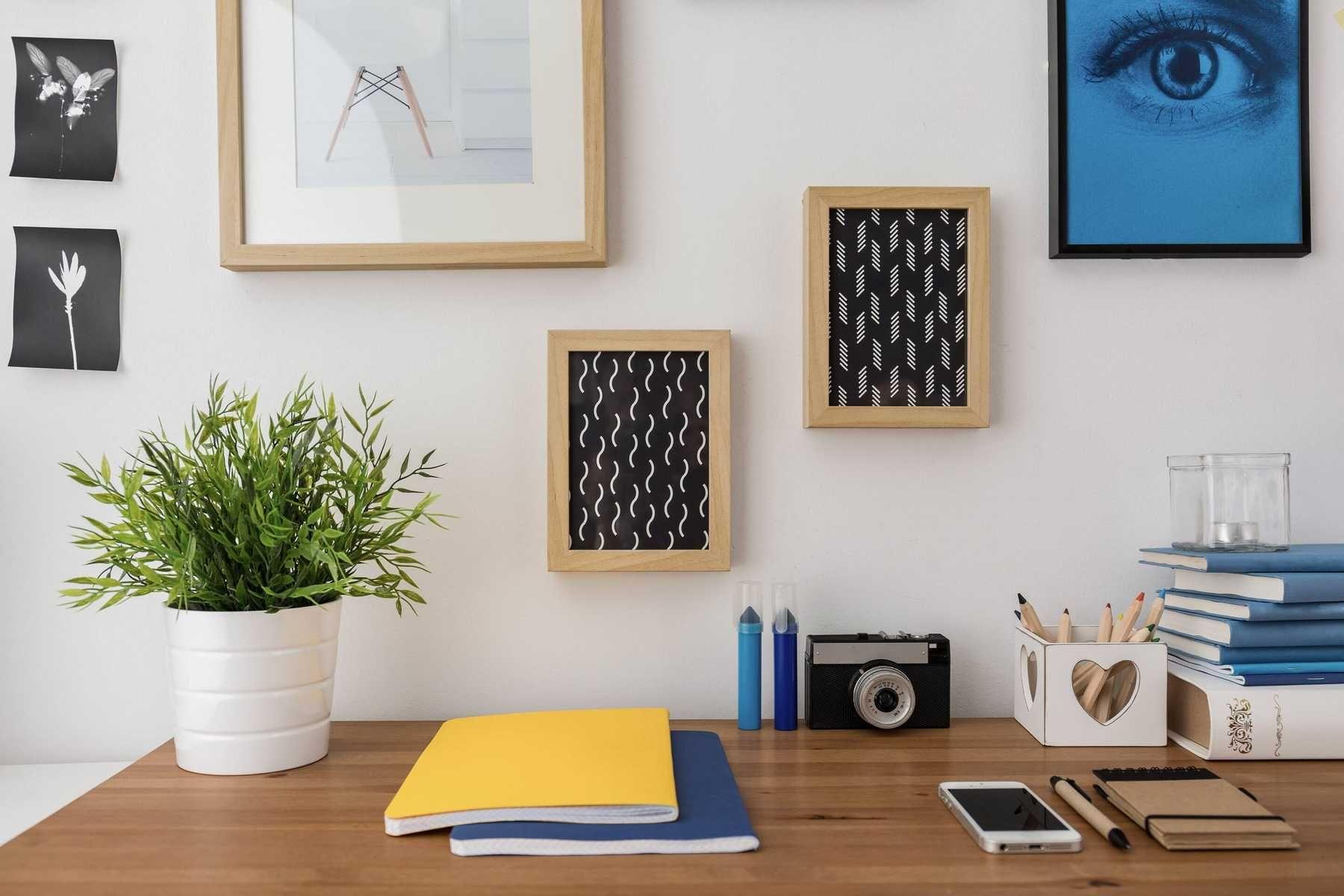 Trang trí cây xanh trên bàn làm việc trong nhà