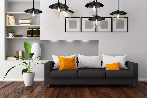 Beyaz modern bir salon, renkli koltuk ve minderler