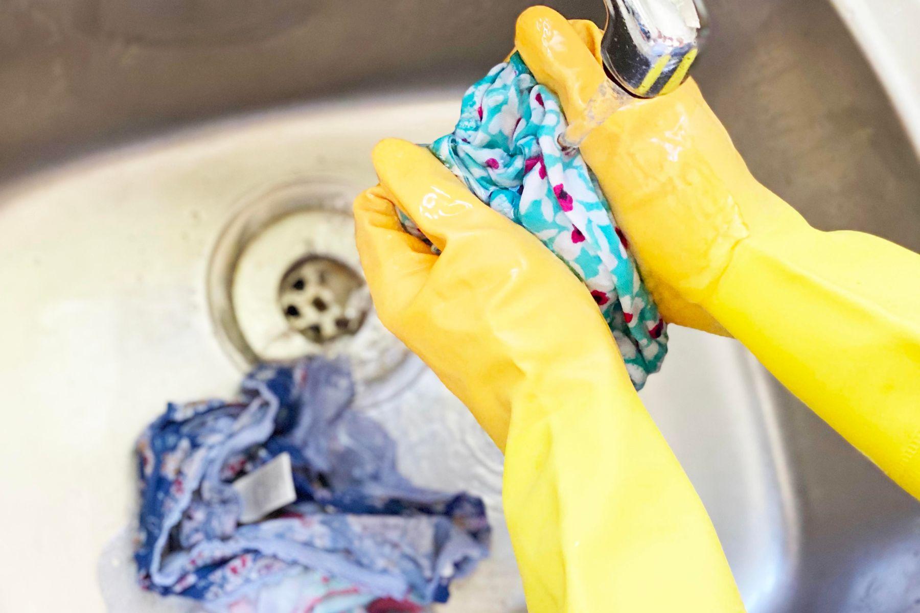 Lavando prenda manchada de aceite