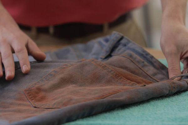 4 Cách bảo quản quần jean mới mua không bị ra màu khi giặt bằng máy giặt