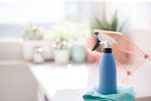 Limpiador spray con gatillo y paño microfibra, en la cocina