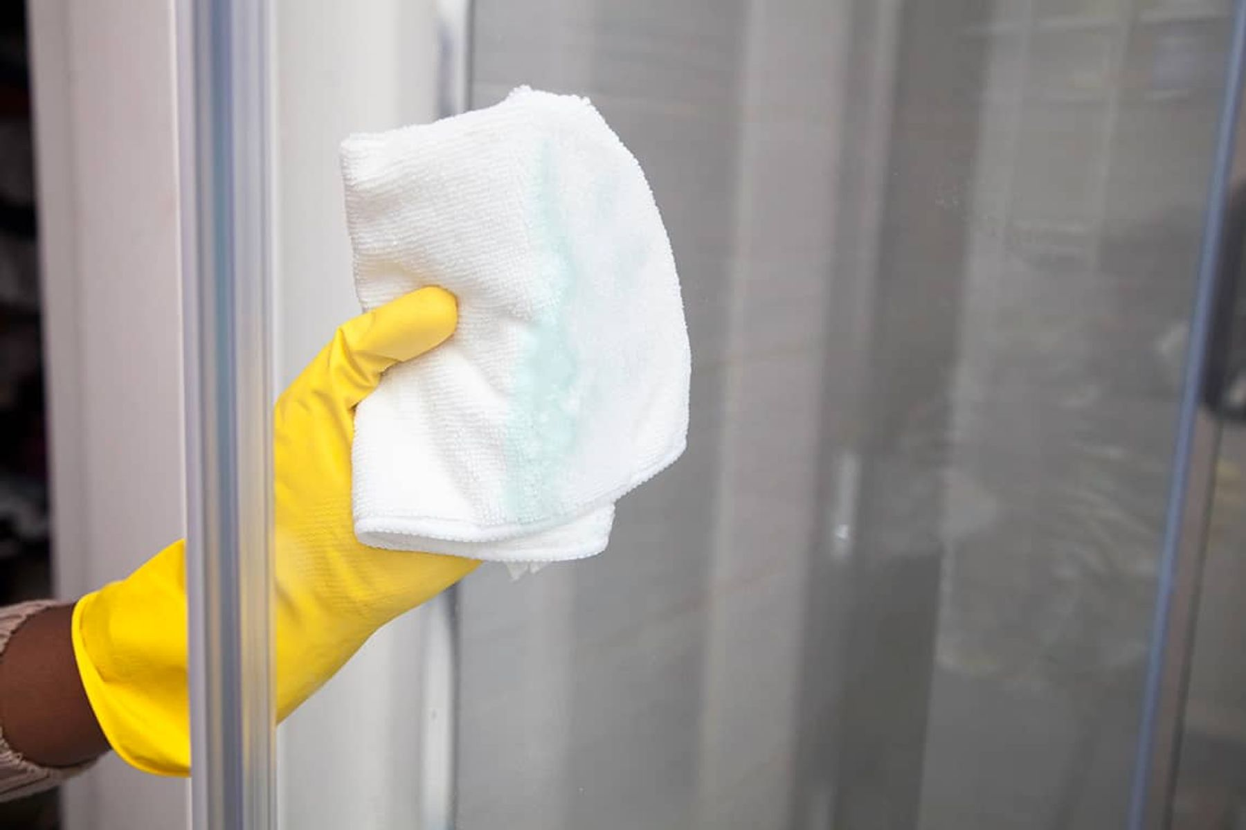 how to clean the bathroom fast