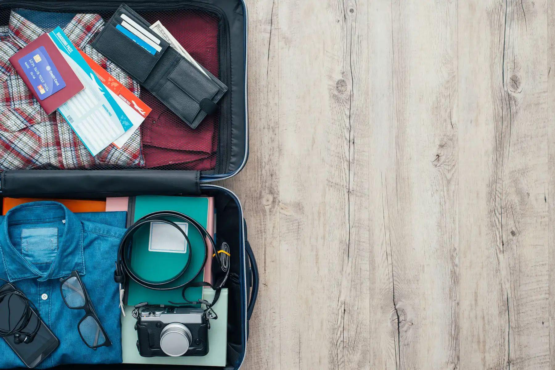 sắp xếp đồ đạc vào trong vali
