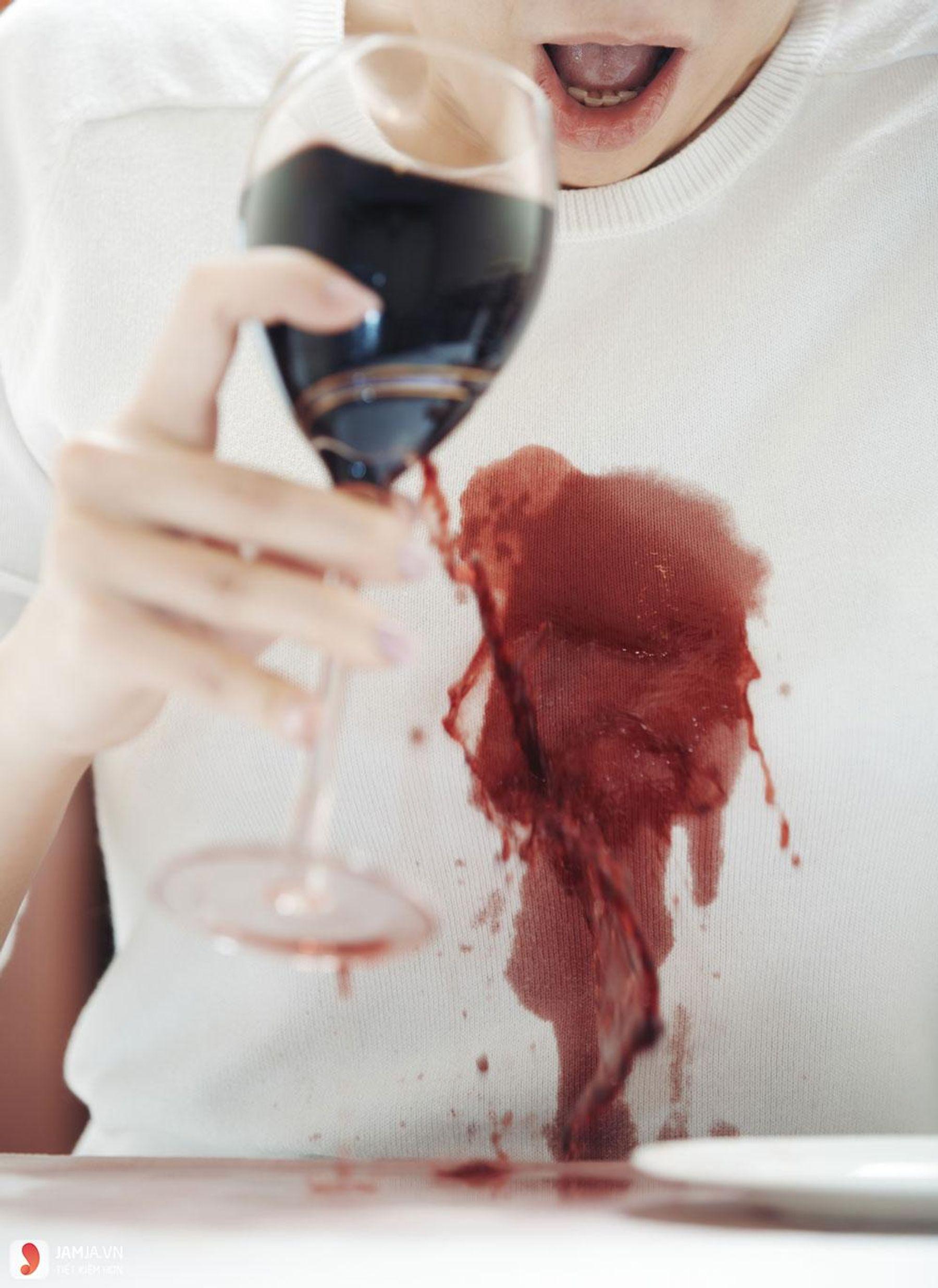 Step 10: Cách tẩy vết rượu vang trên áo trắng bằng baking soda