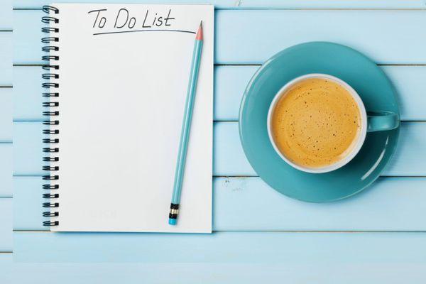 una tazza di caffè e un elenco di cose da fare