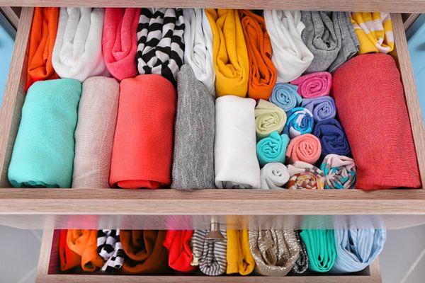 Vêtements colorés rangés dans le tiroir