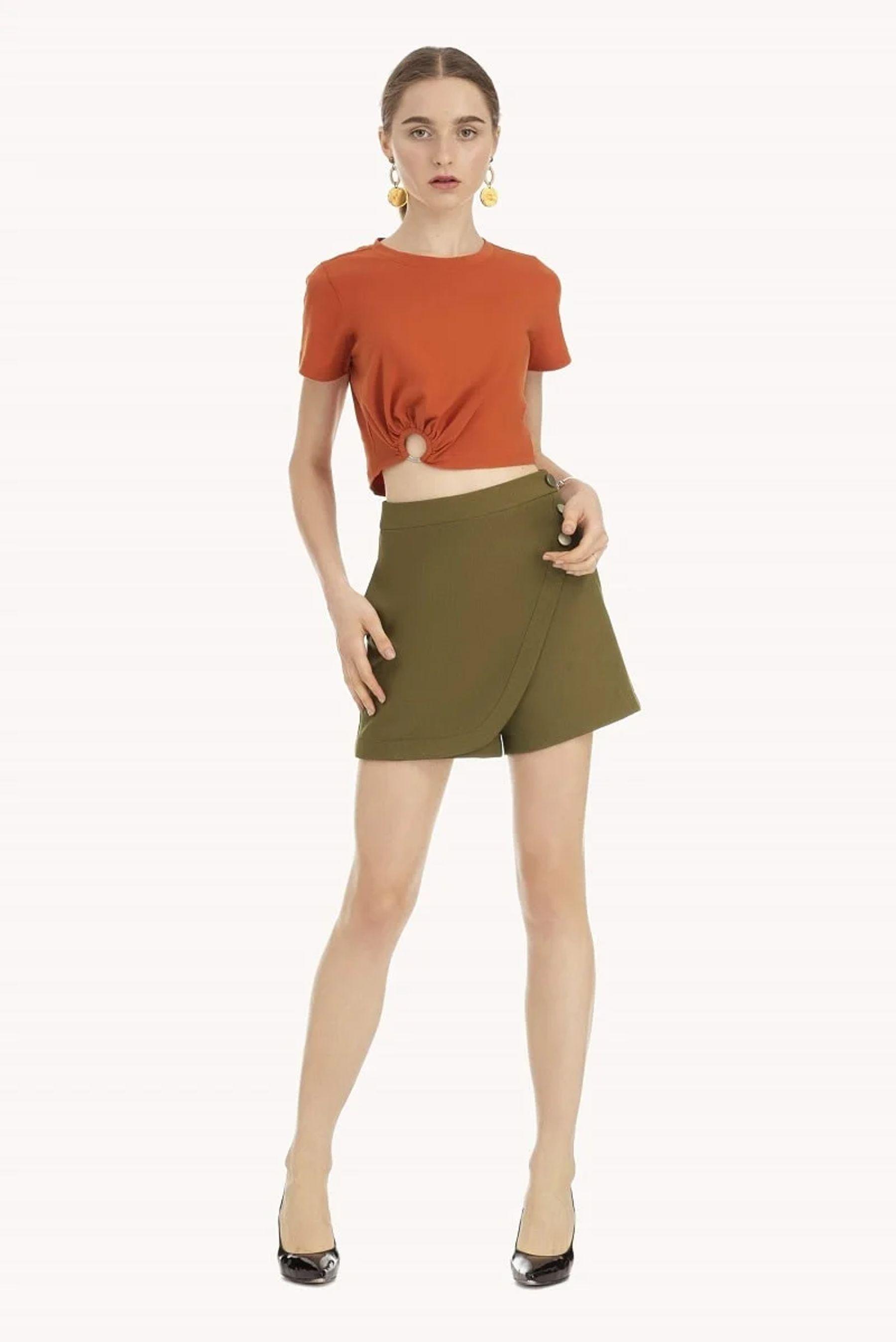 Áo croptop ôm kết hợp cùng váy quần