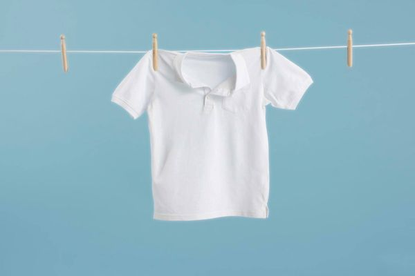 Camiseta branca pendurada no varal