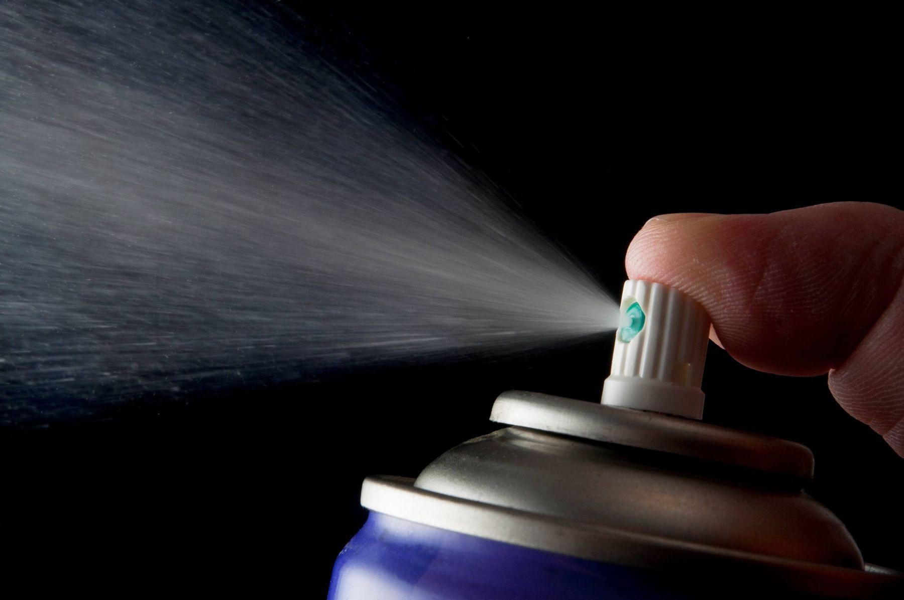 Dùng thuốc xịt muỗi