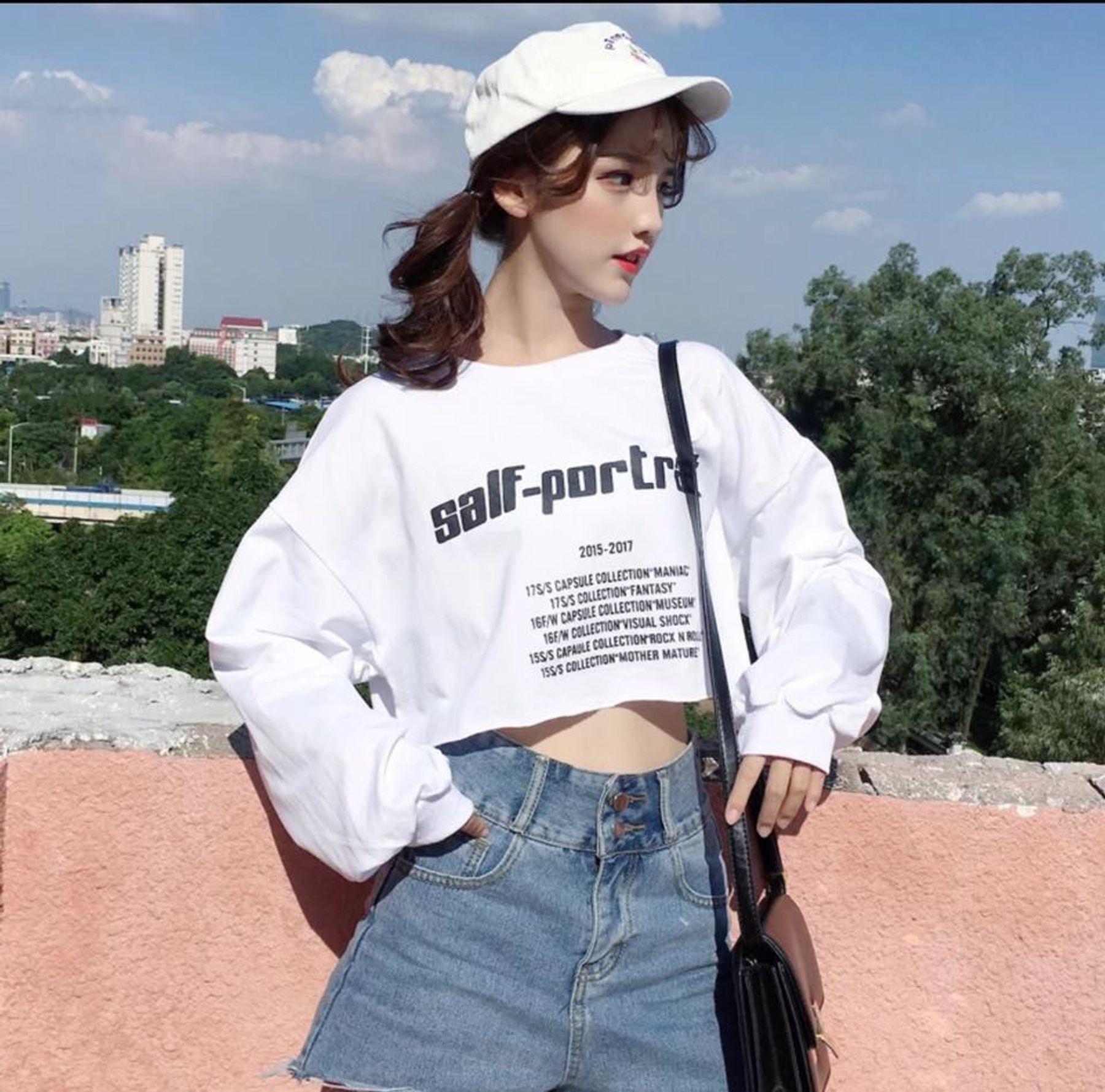 Phối đồ với áo croptop ôm tay dài và quần jean