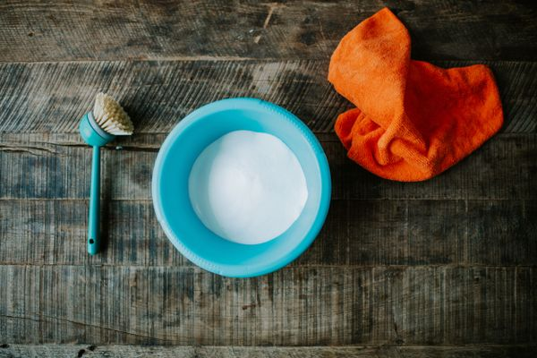 bowl con jabón en polvo sobre una superficie de madera