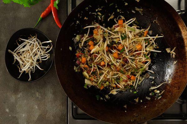 Disco de arado con verduras picadas adentro