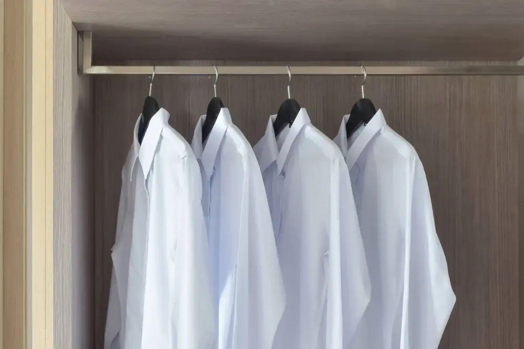 Dolapta asılı beyaz gömlekler