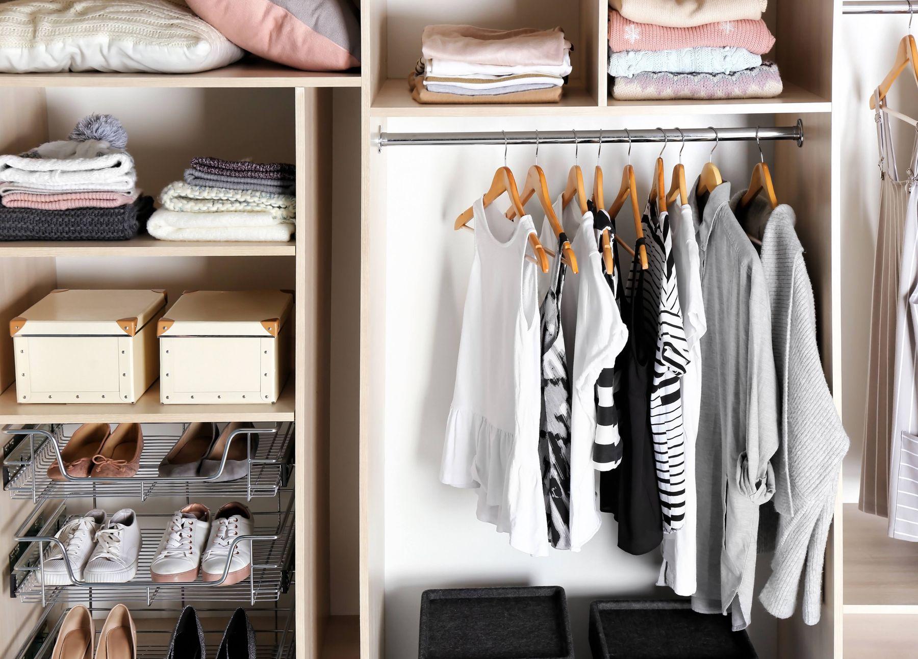 Amário com roupas e sapatos organizados