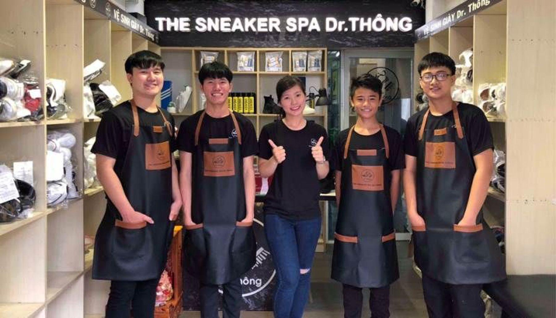 Dịch vụ giặt giày thể thao với The Sneaker Spa Dr. Thông
