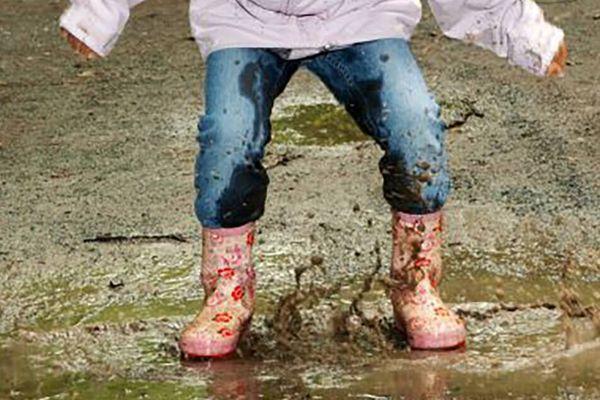 Cách giặt quần áo sạch bùn đất khi đi mưa về