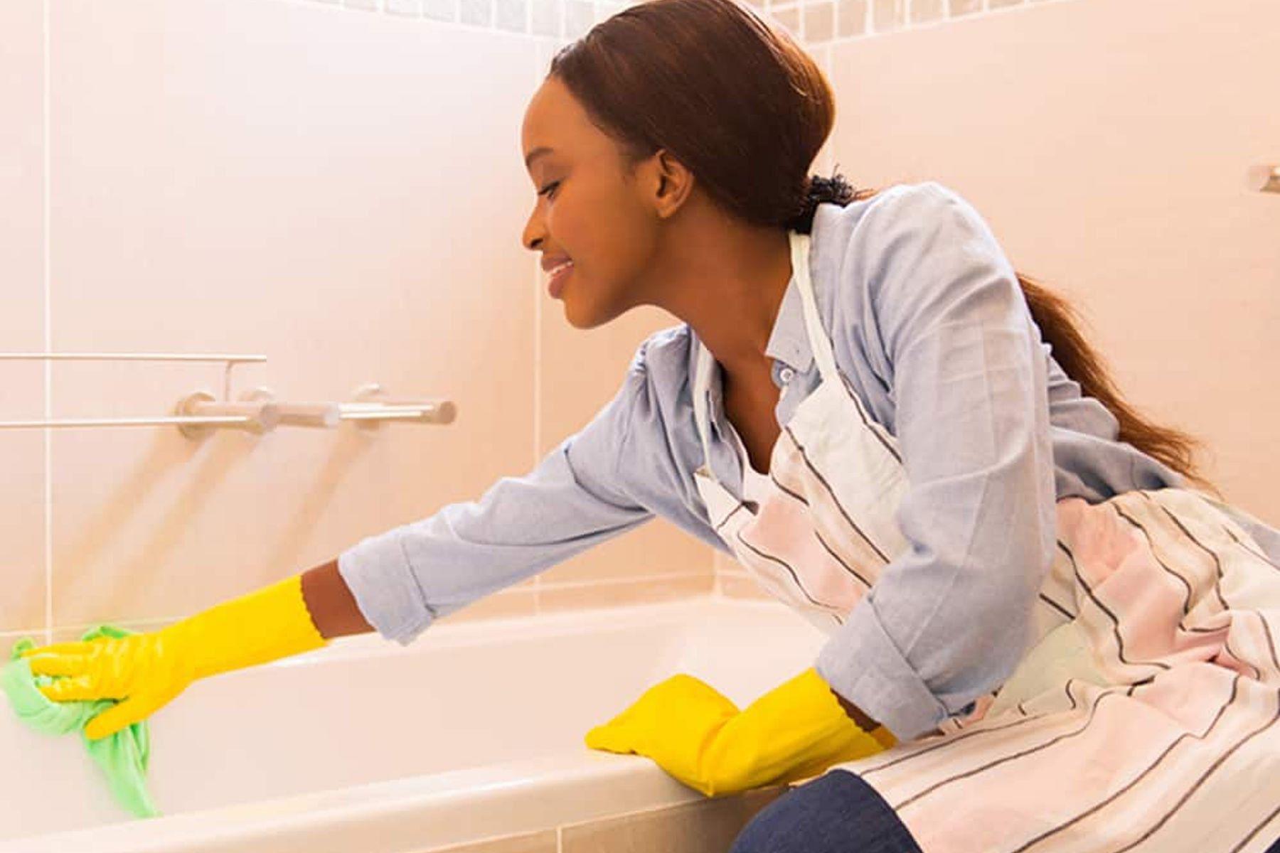 Frau putzt Badezimmer