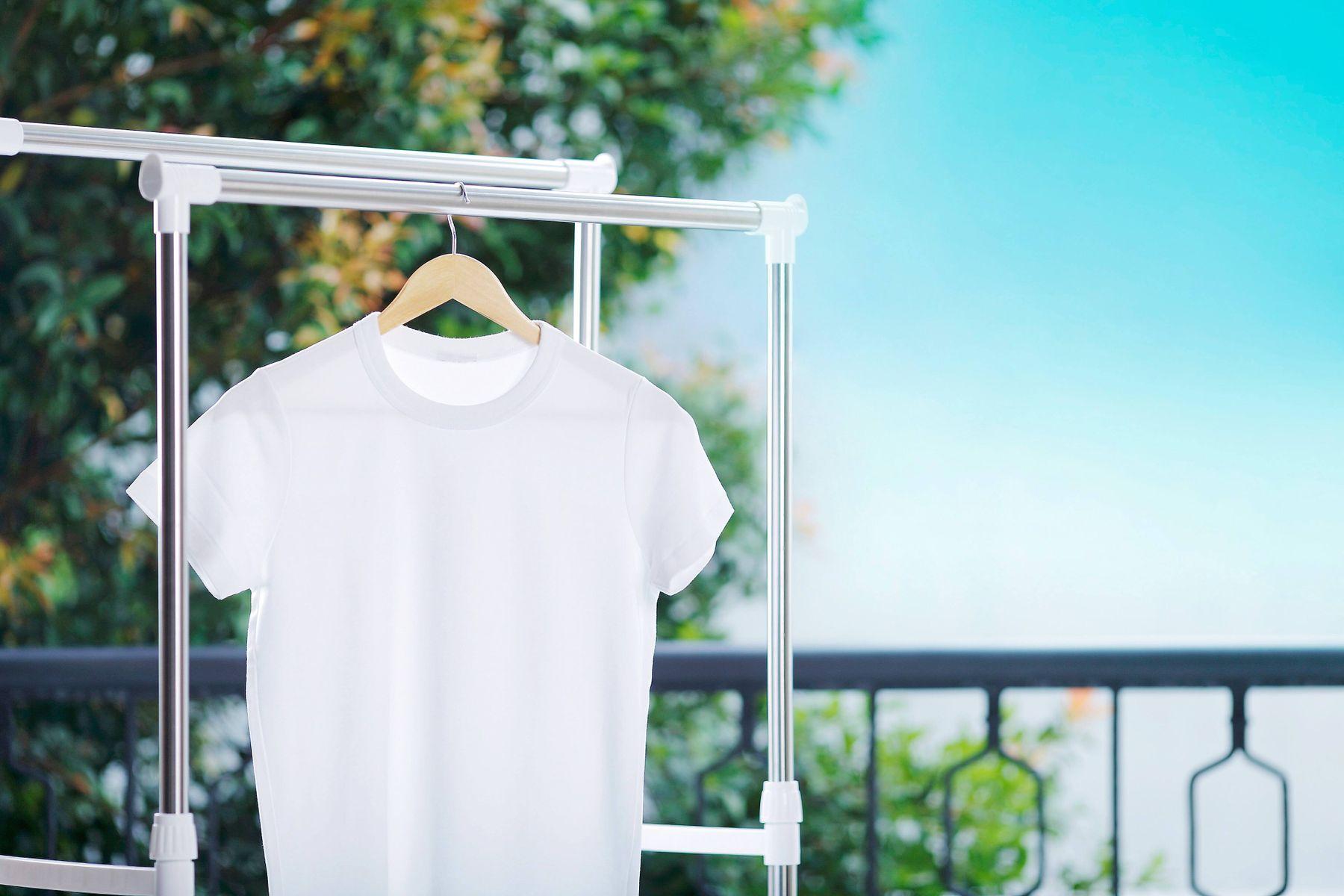 Camiseta branca em cabide ao ar livre