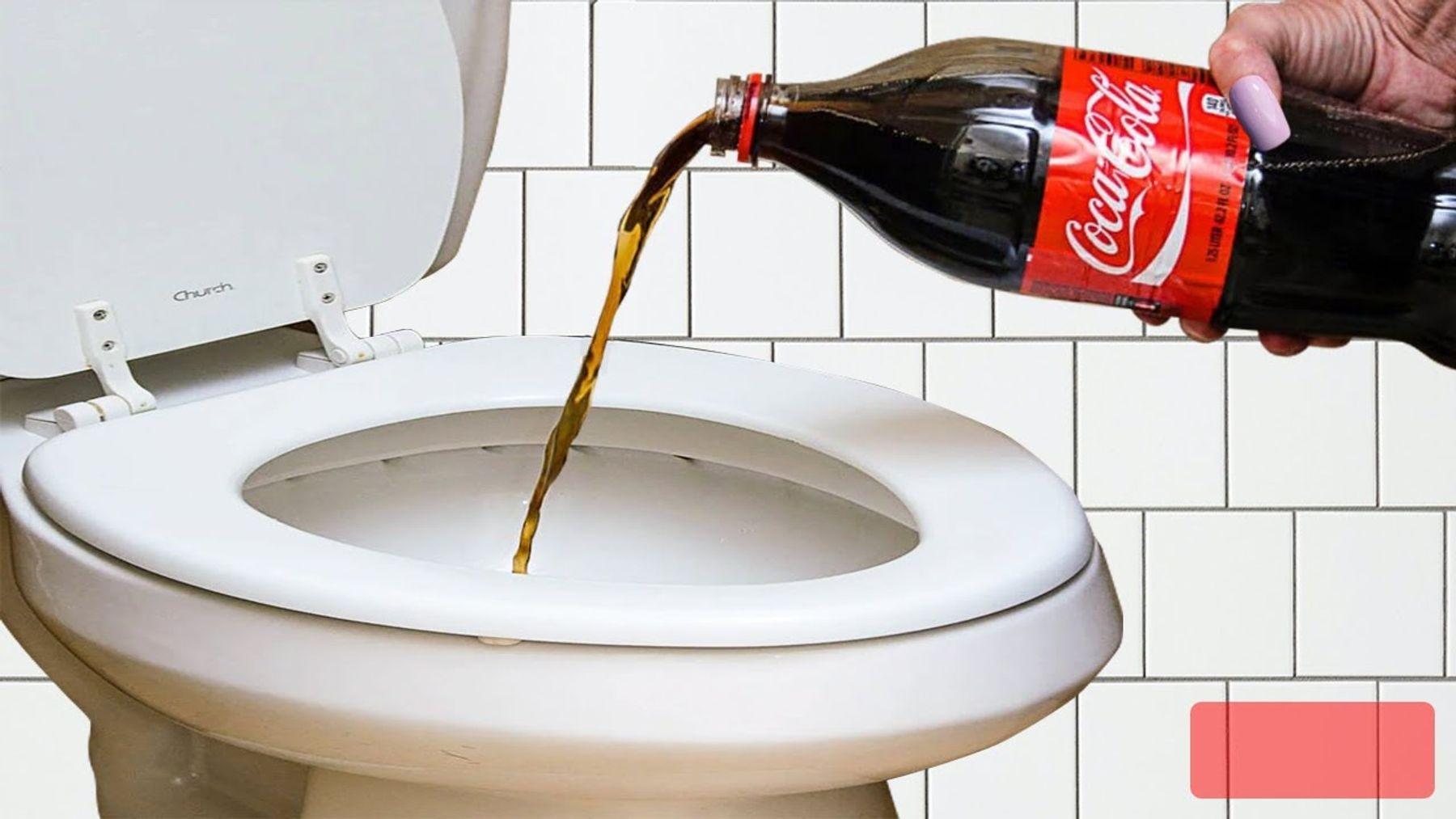 Thử thông tắc vệ sinh với nước uống có ga (coca cola, pepsi)